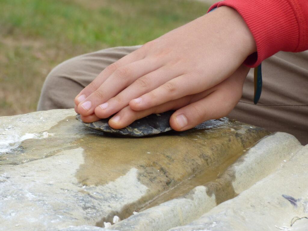 Polir la pierre, gros plan